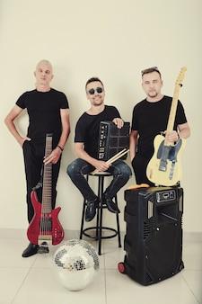 Músicos posando com instrumentos