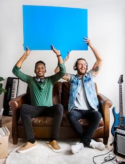 Músicos segurando balões de fala colaboração e conceito de música