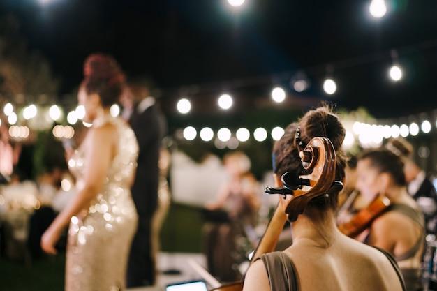 Músicos tocando na vista de trás do casamento