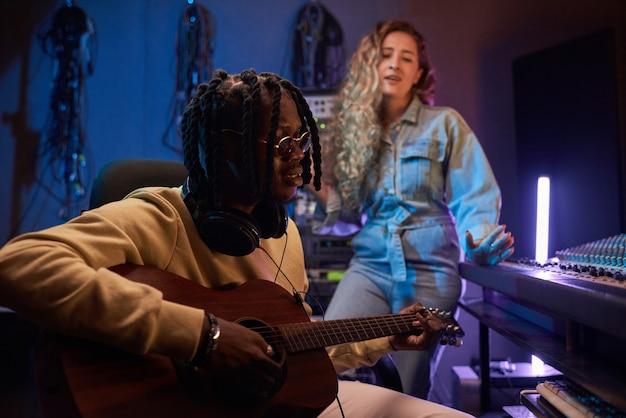 Músicos trabalhando em estúdio de gravação