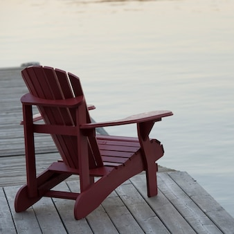 Muskoka cadeira na doca no lago das madeiras, ontário