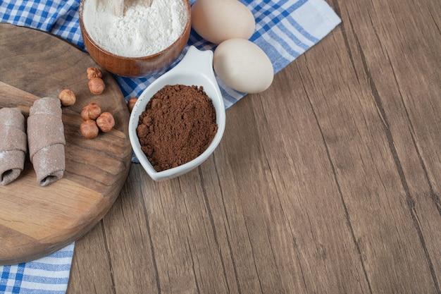 Mutaki caucasiano embrulhar biscoitos com canela em uma placa de madeira.
