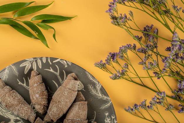 Mutaki tradicional feito com massa de cacau em bandeja preta, servido com hortaliças