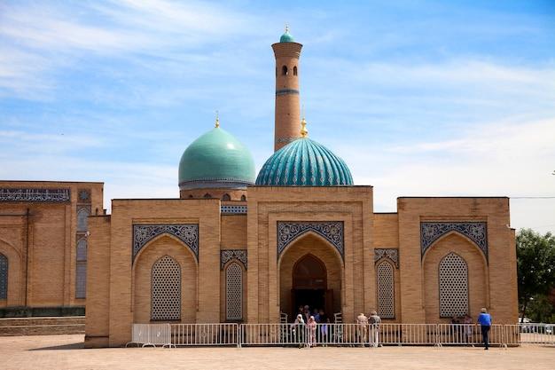 Muyi muborak madrasah no complexo khast imam em tashkent, no uzbequistão. biblioteca, alcorão.