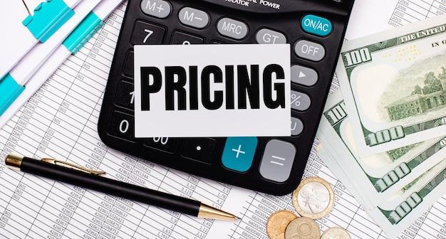 Na área de trabalho estão os relatórios, uma caneta, dinheiro, uma calculadora e um cartão com o texto preços. conceito de negócios