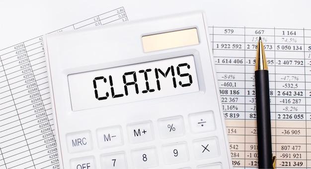 Na área de trabalho há relatórios, uma calculadora branca com o texto reclamações no placar e uma caneta. conceito de negócios.
