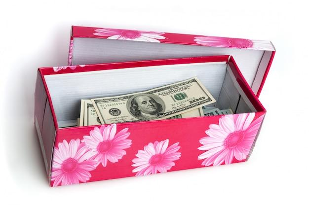 Na caixa empilhada na forma de um pacote de notas de cem dólares americanos.
