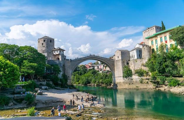 Na cidade de mostar, há uma ponte antiga para pedestres.