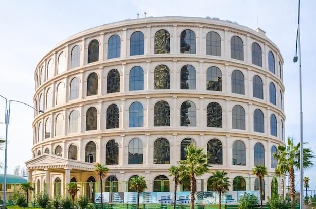 Na costa do mar negro de edifícios modernos abertos ao público.
