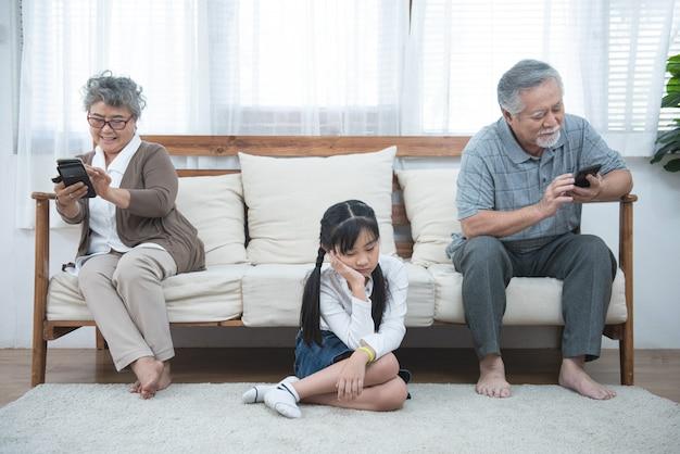 Na discussão, a mãe idosa, a filha crescida, senta-se no sofá separadamente, tendo conflitos, mal-entendidos entre gerações, adulto neto avó difícil relações ruins conceito de diferentes gerações