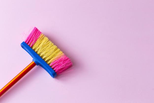 Na escova varrendo cor-de-rosa