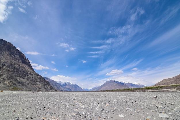 Na estrada na paisagem de leh ladakh. passagem de khardung la