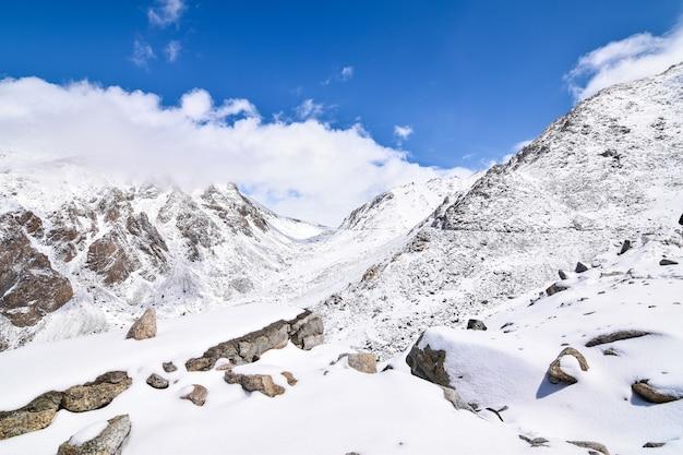 Na estrada na paisagem de leh ladakh