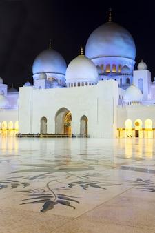 Na famosa mesquita sheikh zayed de abu dhabi à noite, emirados árabes unidos.
