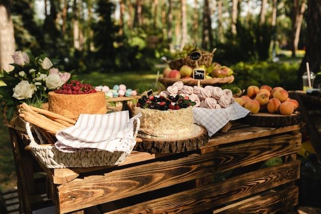 Na festa de casamento há deliciosos bolos e pêssegos doces e outras frutas diferentes