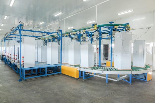 Na inspeção final da fábrica de refrigeradores na correia transportadora
