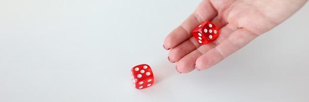 Na mão estão cubos vermelhos com números. tomando o conceito de decisão certa
