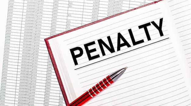 Na mesa ao lado dos relatórios está um diário com o texto penalidade. perto está uma alça vermelha.