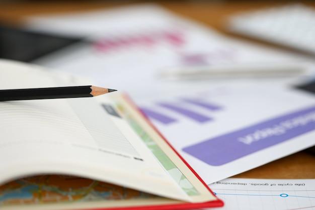 Na mesa são instrumentos financeiros, relatórios diário. dados de atendimento do site