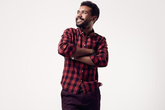 Na moda brutal jovem afro-americano hipster masculino no estúdio