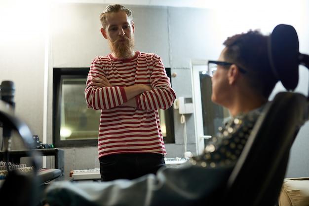 Na moda colegas de trabalho falando no estúdio de gravação