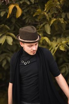 Na moda homem posando na natureza