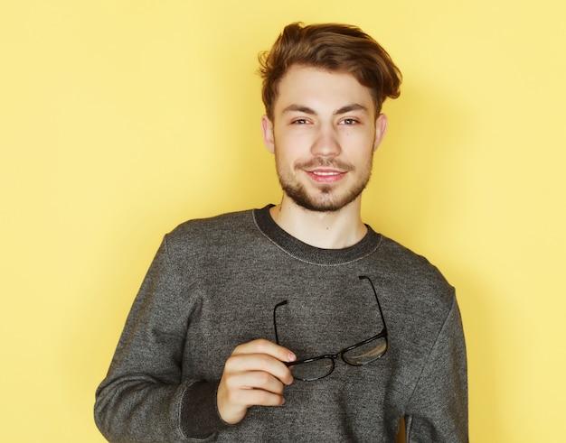 Na moda jovem com óculos