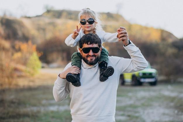 Na moda jovem pai com sua filha sentada nos ombros