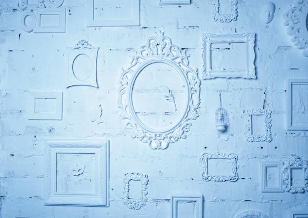 Na parede um monte de quadros vintage em tons de azul