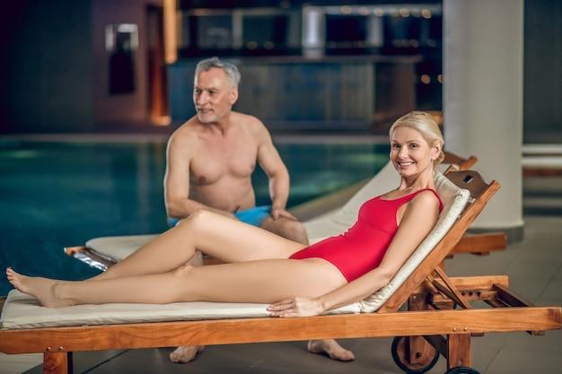 Na piscina. casal feliz passando um tempo em uma piscina