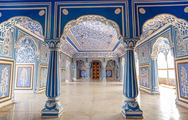 Na sala azul de sukh niwas, palácio da cidade, jaipur, india.