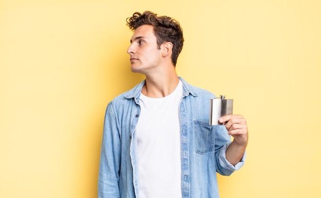 Na vista de perfil olhando para copiar o espaço à frente, pensando, imaginando ou sonhando acordado. conceito de frasco de álcool