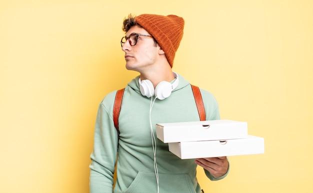 Na vista de perfil, olhando para copiar o espaço à frente, pensando, imaginando ou sonhando acordado. conceito de pizza