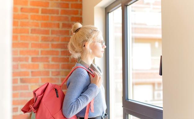 Na vista de perfil olhando para copiar o espaço à frente, pensando, imaginando ou sonhando acordado