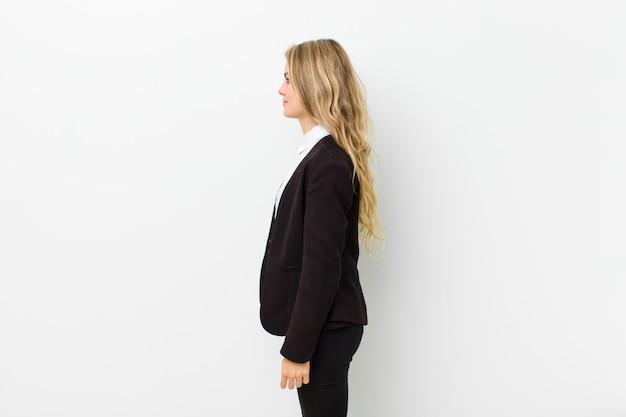 Na vista de perfil procurando copiar o espaço à frente, pensando, imaginando ou sonhando acordado