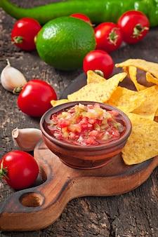Nacho mexicano chips e molho de salsa na tigela