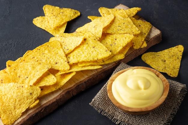 Nachos chips com molho de queijo