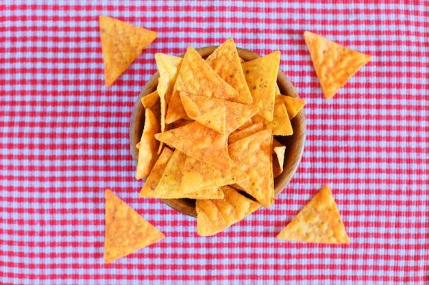Nachos chips de milho no xadrez vermelho
