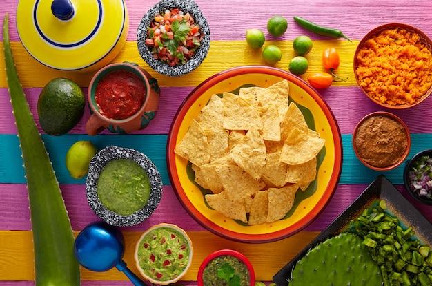 Nachos chips de tortilla com molhos mexicanos