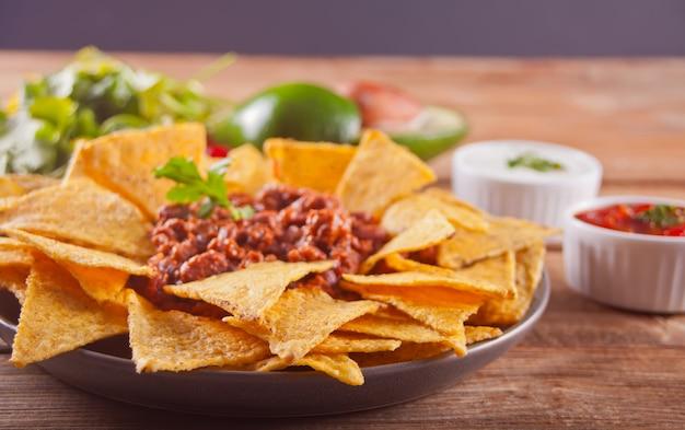 Nachos de chips de milho mexicano com molho de salsa
