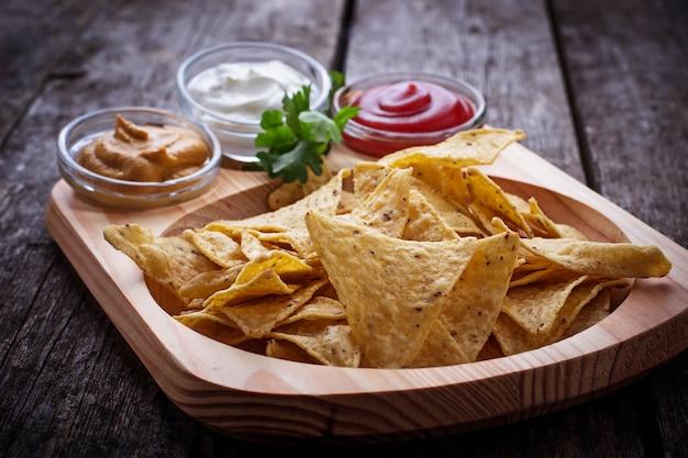 Nachos de chips de milho mexicano com molho