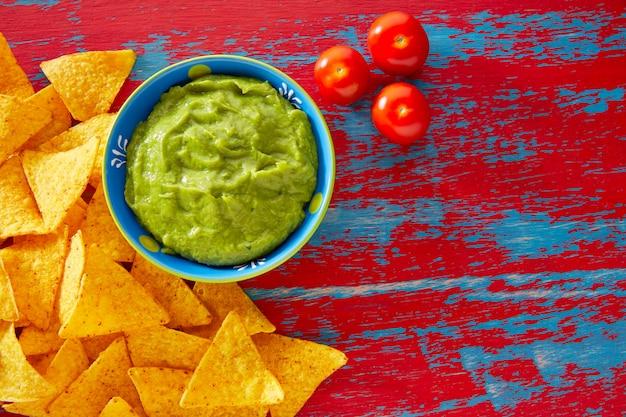 Nachos de comida mexicana e guacamole