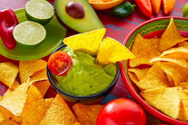 Nachos de comida mexicana e molho de pimenta guacamole