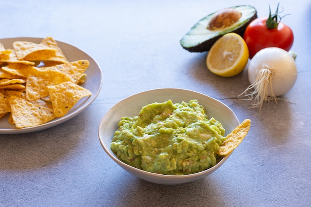Nachos de guacamole e ingredientes de guacamole