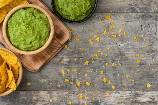 Nachos e guacamole na mesa de madeira