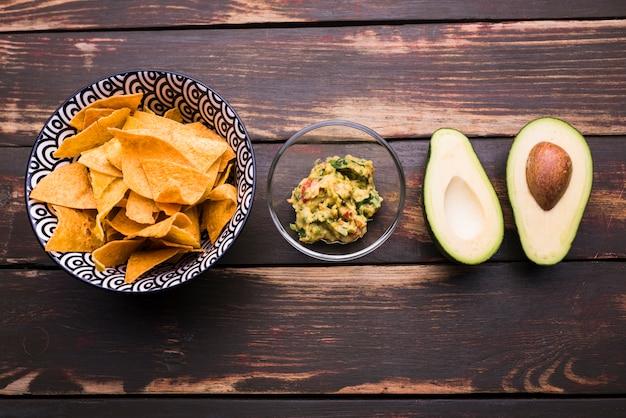 Nachos perto de guacamole e abacate
