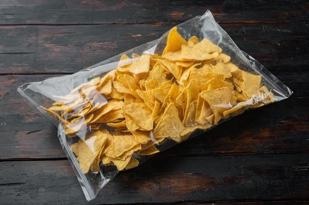 Nachos, tortilla de milho no saco, na velha mesa de madeira
