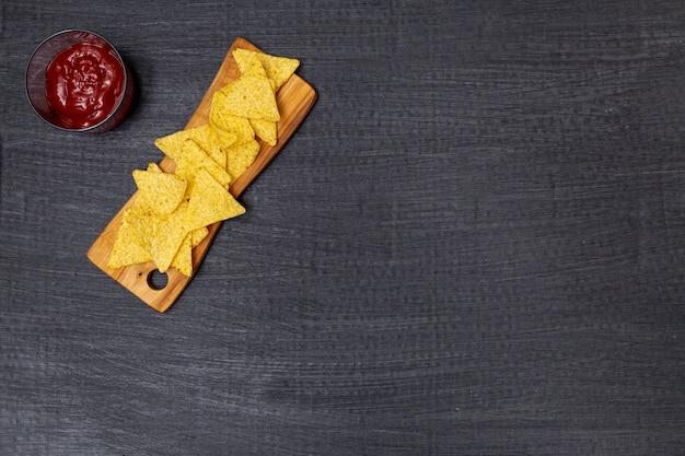 Nachos tradicionais crocantes com molho de tomate