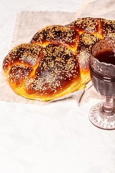 Nacional israel doce pão fresco, pão de chalá, copo de vinho tinto kosher