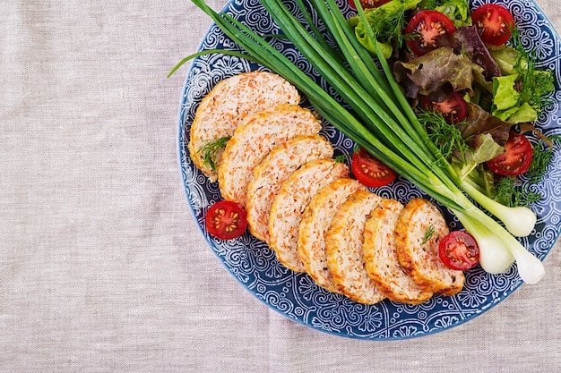 Naco de carne de frango com cebola e cenoura. bolo de carne saudável. vista do topo
